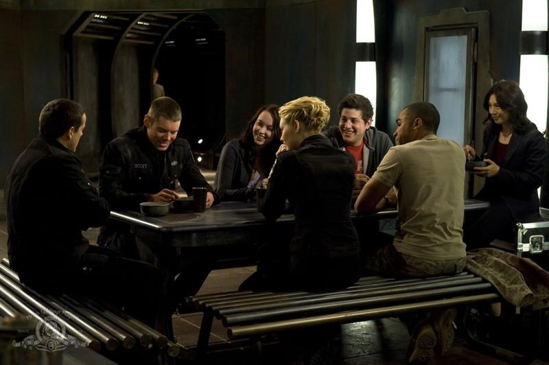 La squadra pranza insieme in una scena della puntata Light di Stargate Universe