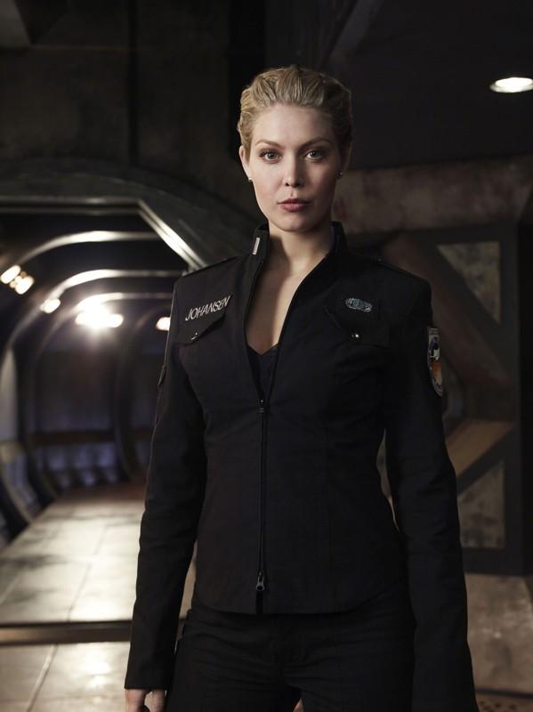 Alaina Kalanj è Tamara Johansen 'TJ' in una foto promo della stagione 1 di Stargate Universe
