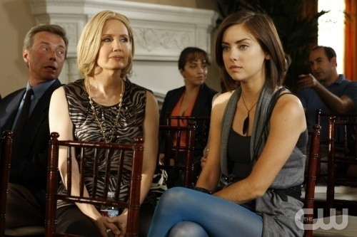 Ann Gillespie e Jessica Stroup in una scena dell'episodio Environmental Hazards di 90210