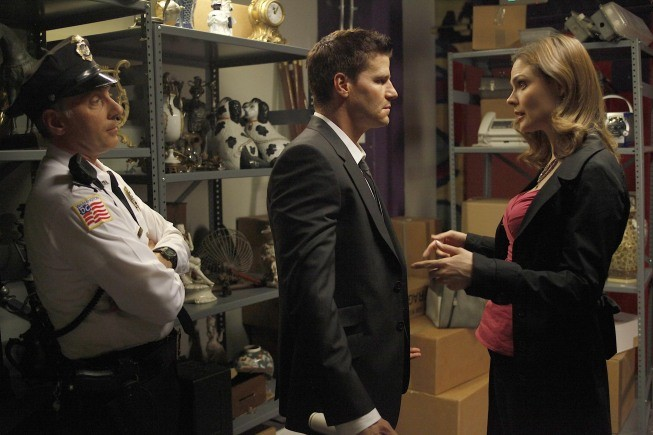 Bones: Dan Castellaneta con Emily Deschanel e David Boreanaz nell'episodio The Dwarf in the Dirt