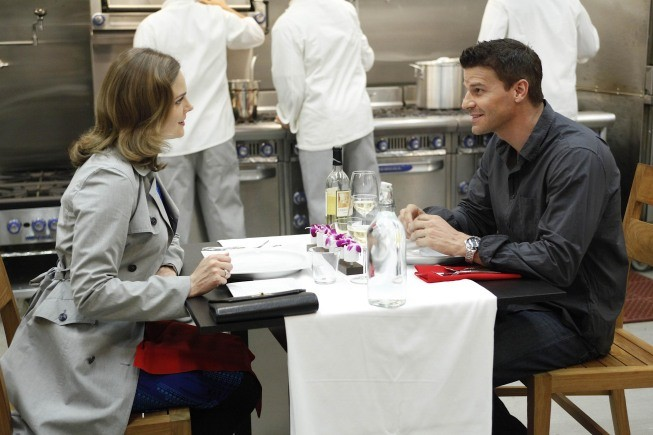 Bones: Emily Deschanel e David Boreanaz nell'episodio The Dwarf in the Dirt