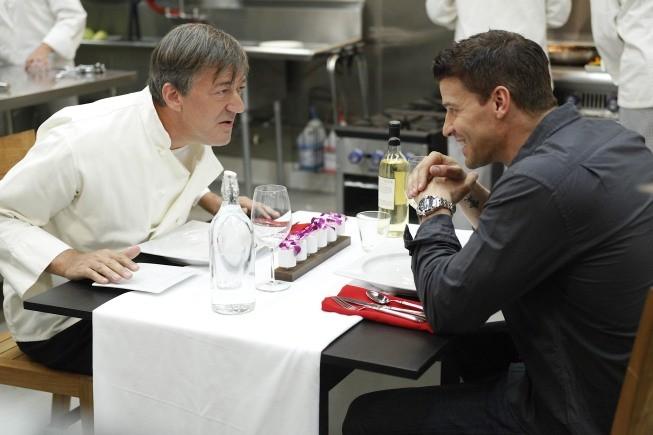 Bones: la guest star Stephen Fry con David Boreanaz nell'episodio The Dwarf in the Dirt