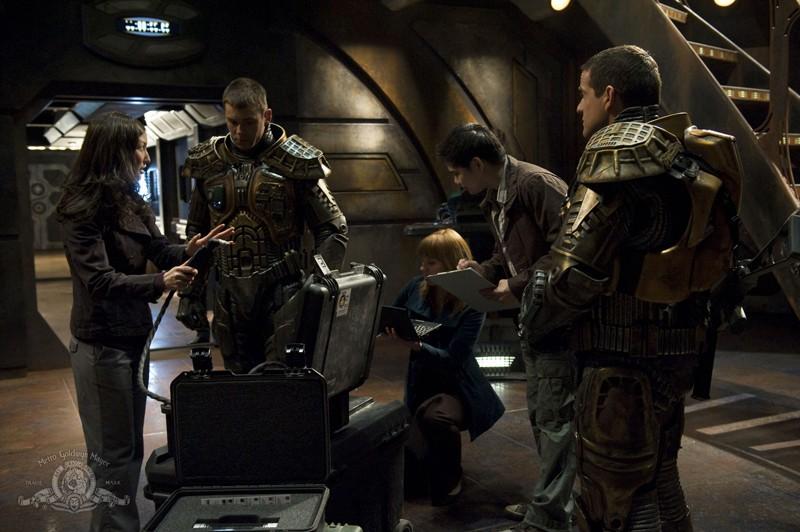 Brian J. Smith e Justin Louis si preparano per esplorare il pianeta nell'episodio Water di Stargate Universe