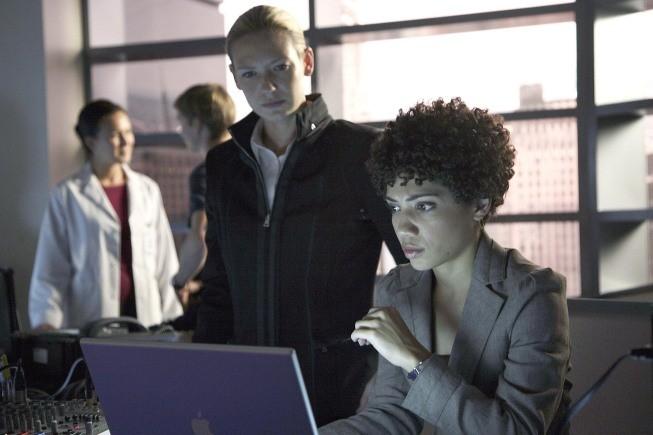 Fringe: Anna Torv e Jasika Nicole nell'episodio Of Human Action