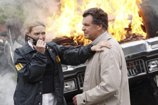 Fringe: Anna Torv e John Noble nell'episodio Of Human Action