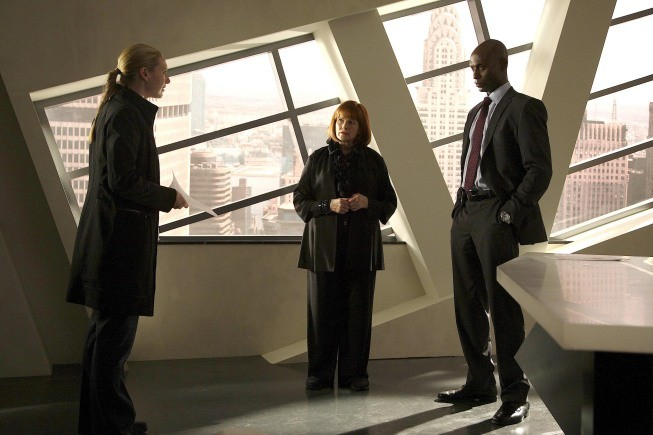 Fringe: Anna Torv, Lance Reddick e Blair Brown nell'episodio Of Human Action