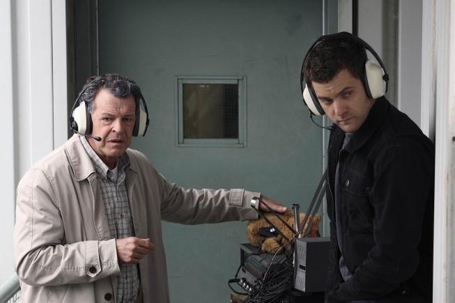 Fringe: Joshua Jackson e John Noble nell'episodio Of Human Action