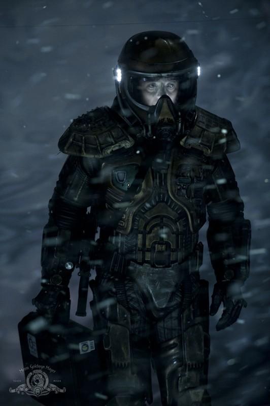 Il Colonnello Young (Justin Louis) sul pianeta ghiacciato nell'episodio Water di Stargate Universe