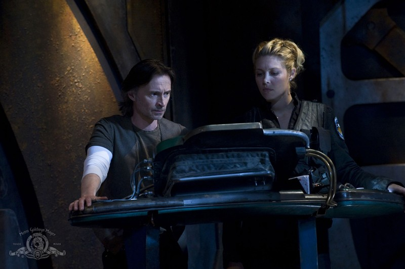 Il Dott. Rush (Robert Carlyle) e TJ (Alaina Kalanj) nell'episodio Water di Stargate Universe