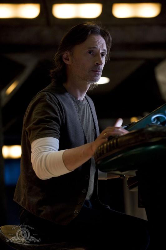 Il Dott. Rush (Robert Carlyle) in un momento dell'episodio Water di Stargate Universe