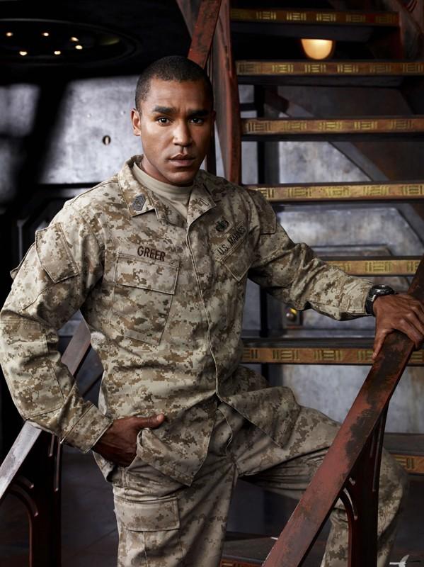 Jamil Walker Smith in divisa in una foto promo della stagione 1 di Stargate Universe