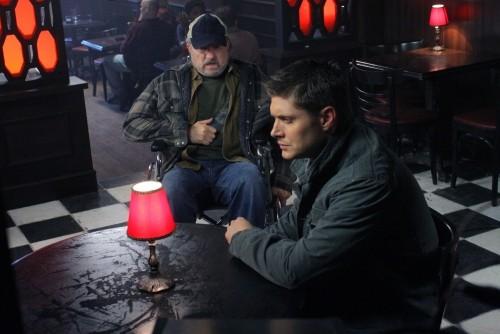 Jensen Ackles e Jim Beaver nell'episodio The Curious Case of Dean Winchester di Supernatural