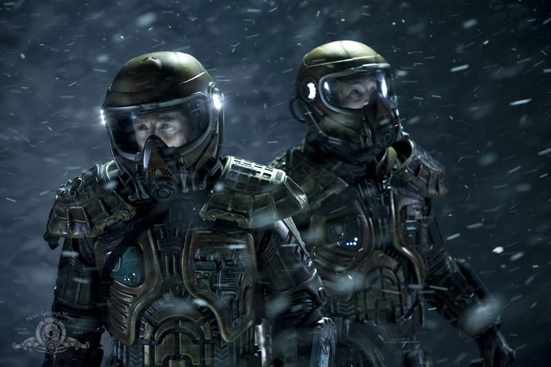 Justin Louis e Brian J. Smith con le tute sul pianeta sconosciuto nell'episodio Water di Stargate Universe