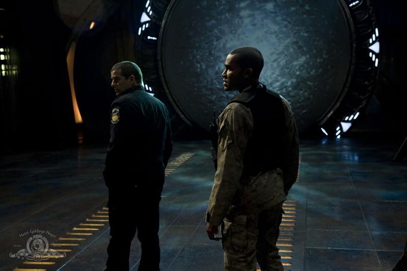 Justin Louis e Jamil Walker Smith in una scena della puntata Water di Stargate Universe