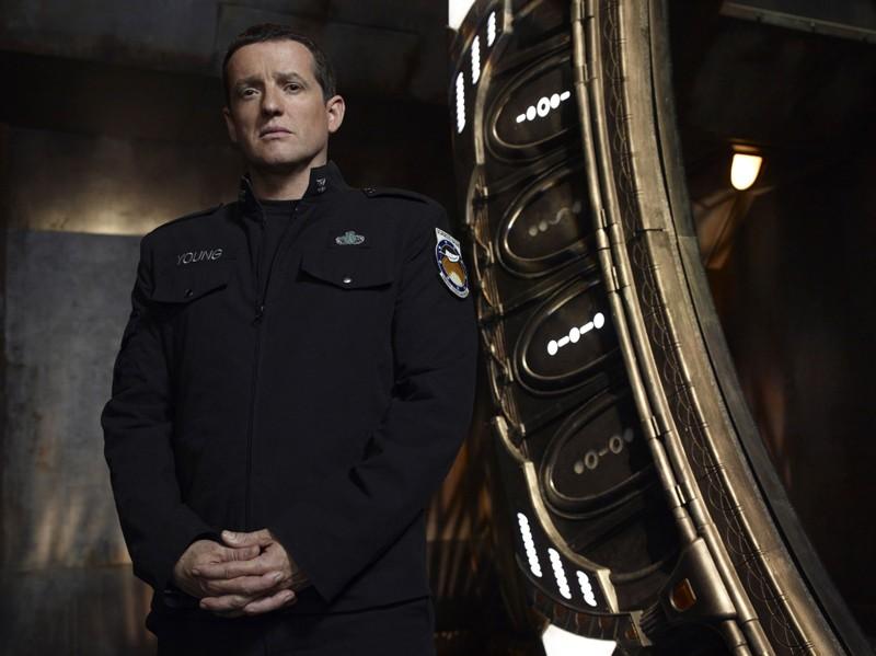 Justin Louis in divisa in una foto promo della stagione 1 di Stargate Universe
