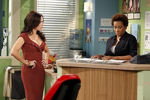 La complicata vita di Christine: Wanda Sykes e Julia Louis-Dreyfus in una scena dell'episodio Nuts