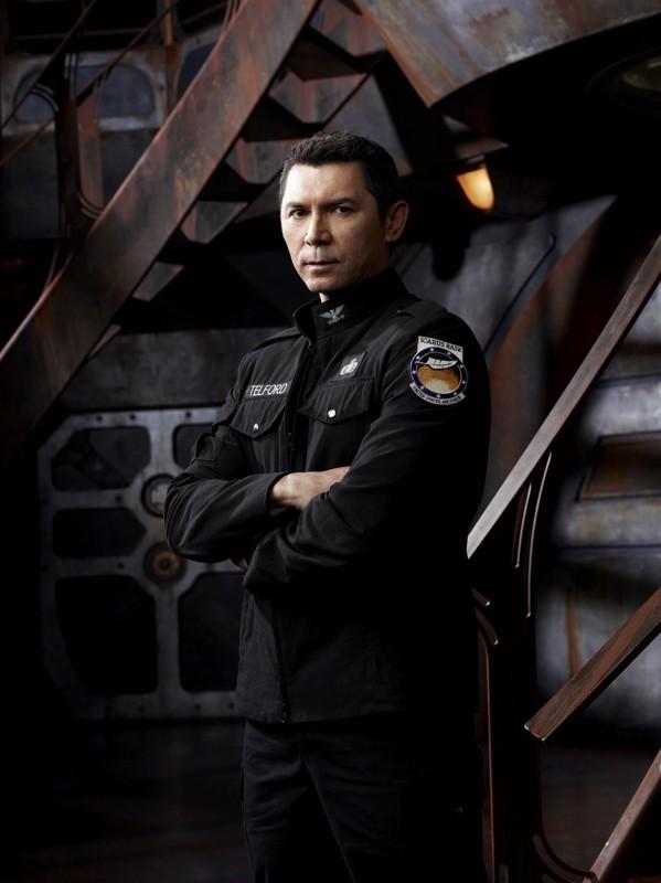 Lou Diamond Phillips in divisa una foto promo della prima stagione di Stargate Universe