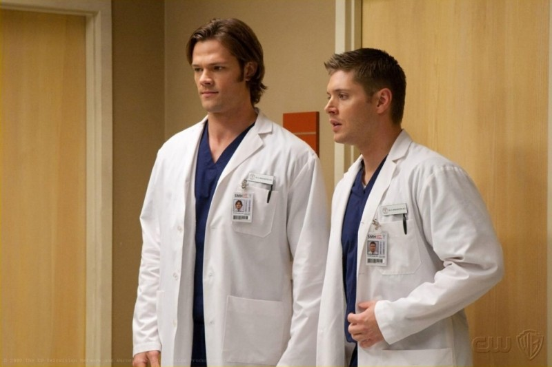 Supernatural: Jensen Ackles e Jared Padalecki in una scena dell'episodio Changing Channels