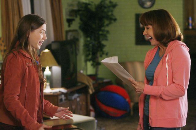 The Middle: Eden Sher e Patricia Heaton nell'episodio The Front Door