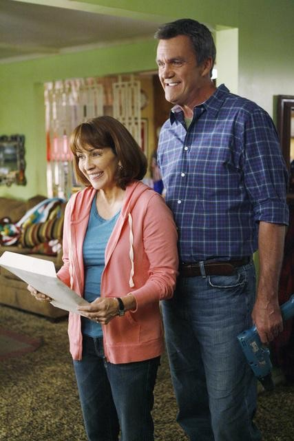 The Middle: Neil Flynn e Patricia Heaton in una scena dell'episodio The Front Door