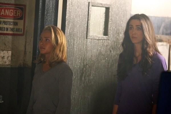 Hayden Panettiere e Madeline Zima in una scena di Strange Attractors della quarta stagione di Heroes