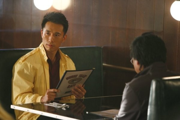 James Kyson Lee in una scena di Once Upon a Time in Texas dalla quarta stagione di Heroes