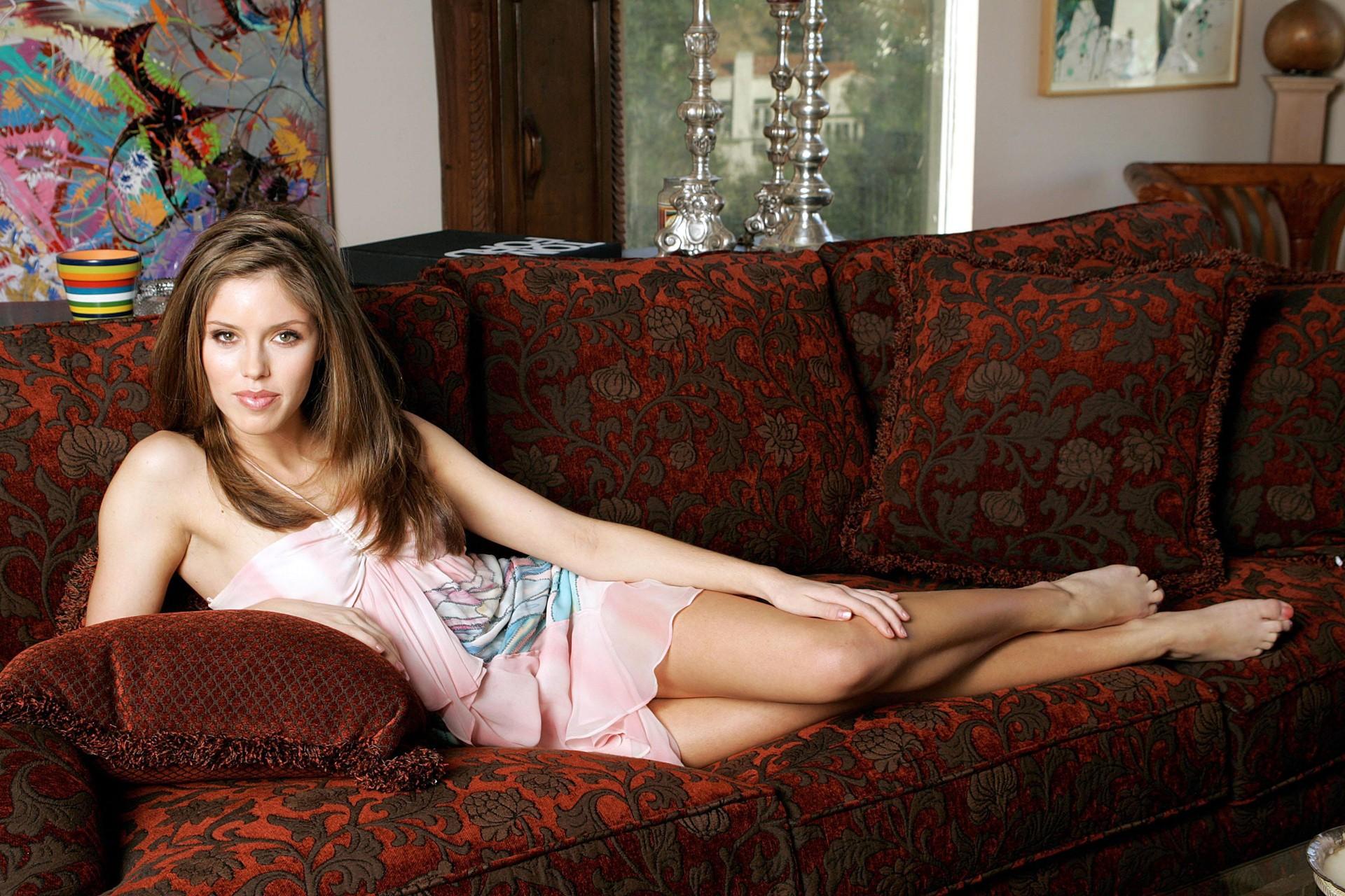 Wallpaper: una foto promo di Kayla Ewell sdraiata su divano