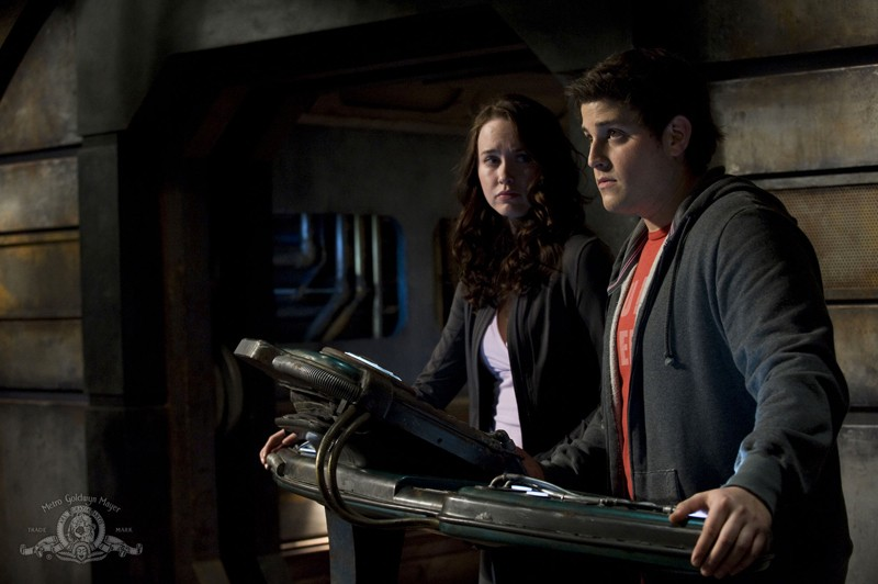 Elyse Levesque e David Blue in una sequenza dell'episodio Water di Stargate Universe