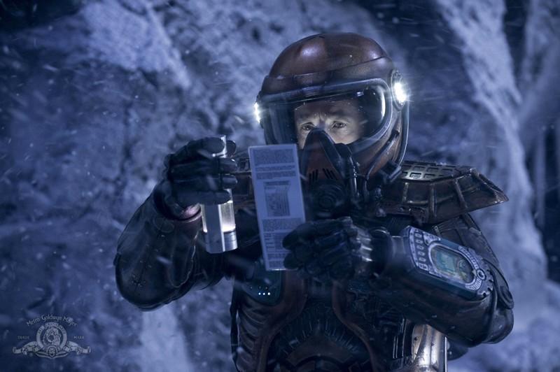 Il Colonnello Young (Justin Louis) analizza il pianeta nell'episodio Water di Stargate Universe