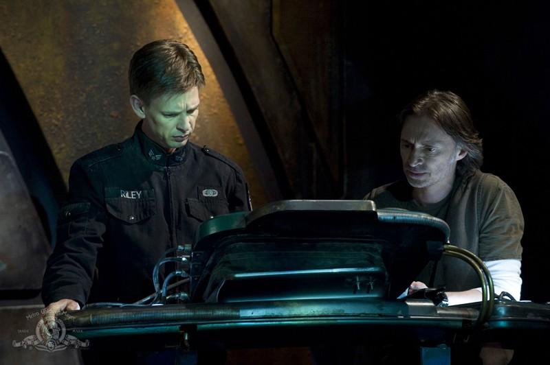 Il Sergente Riley (Haig Sutherland) ed il Dott. Rush (Robert Carlyle) nell'episodio Water di Stargate Universe