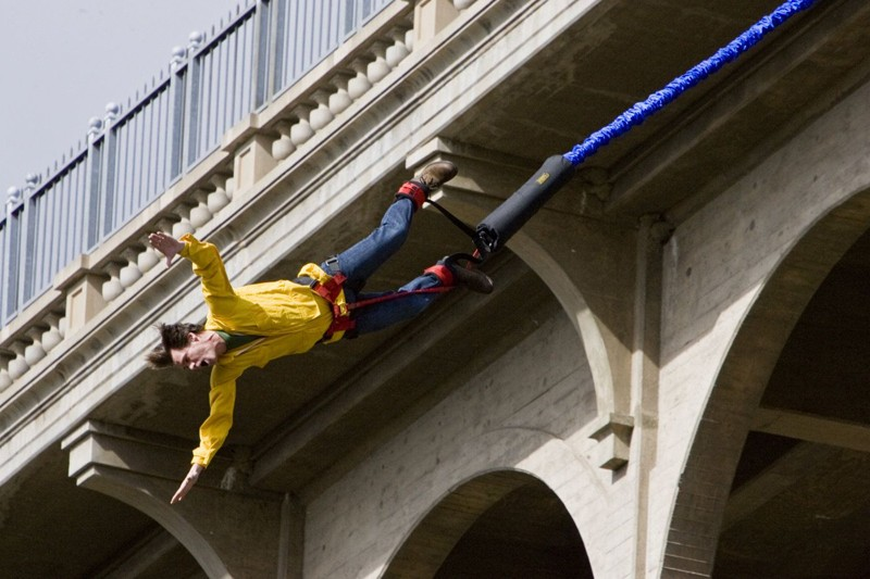 Jim Carrey fa bungee jumping da un ponte per il film Yes Man