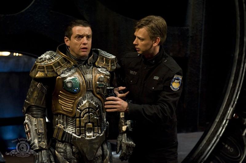 Justin Louis con la tuta ghiacciata e Haig Sutherland nell'episodio Water di Stargate Universe