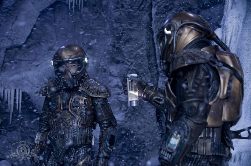 Justin Louis e Brian J. Smith nella tormenta in un fotogramma dell'episodio Water di Stargate Universe