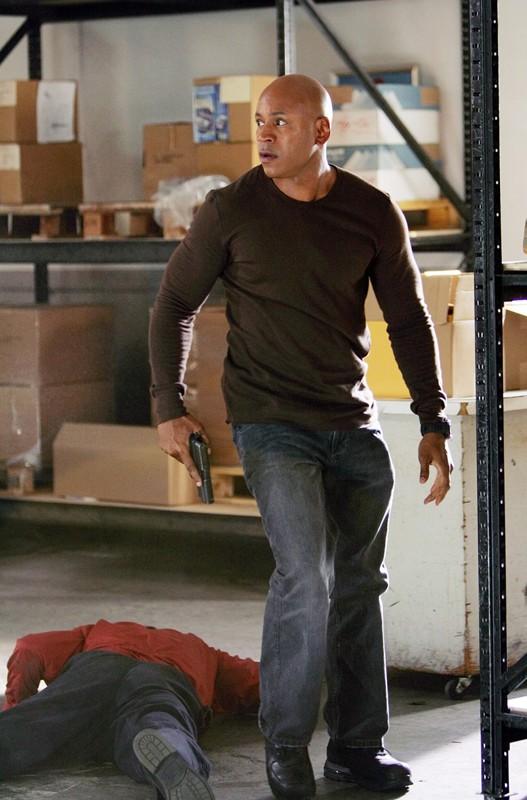 LL Cool J in una scena d'azione nell'episodio Keepin' it Real di NCIS: Los Angeles