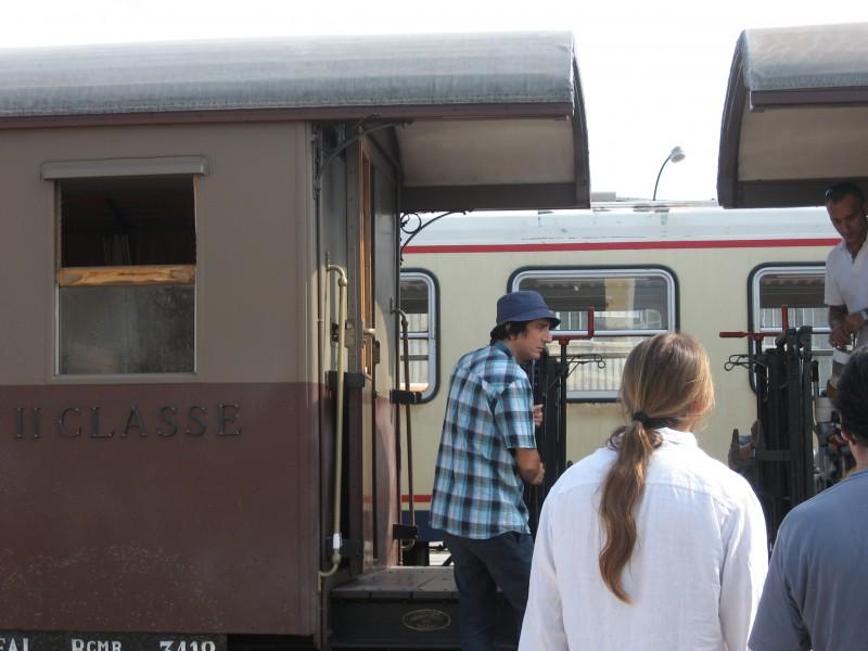 Sergio Rubini sul set de L\'uomo nero durante la preparazione della scena del treno.