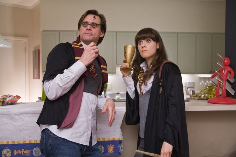 Zooey Deschanel e Jim Carrey mascherati da personaggi di Harry Potter in un'immagine della commedia Yes Man