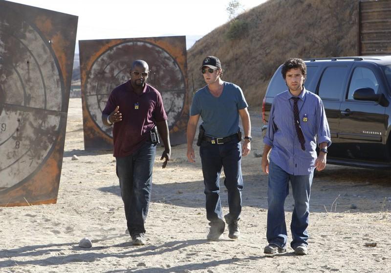 Alimi Ballard, Rob Morrow e David Krumholtz arrivano sul luogo dell'accaduto nell'episodio Dreamland di Numb3rs