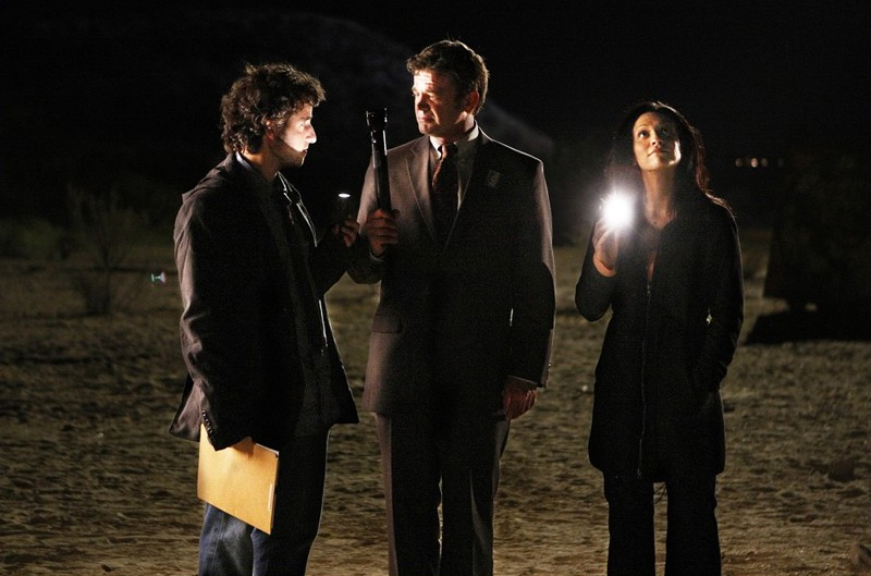 David Krumholtz, John Michael Higgins e Navi Rawat nell'episodio Dreamland di Numb3rs