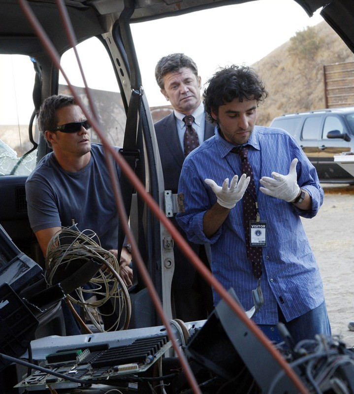 Dylan Bruno, John Michael Higgins e David Krumholtz nell'episodio Dreamland di Numb3rs