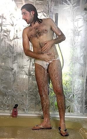 Grande Fratello 10: sotto la doccia Tullio sembra meno 'Austin Powers'