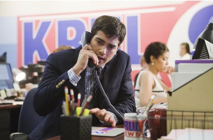 Jesse Metcalfe al telefono in una scena del film Un alibi perfetto.