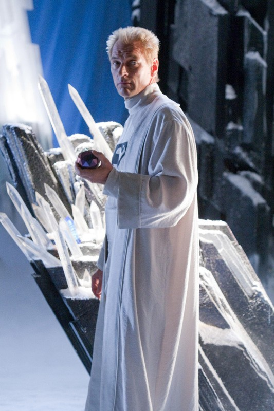 Jor-El (Julian Sands) in abito bianco nell'episodio Kandor di Smallville