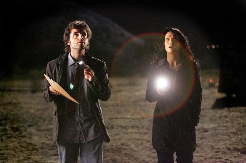 Una scena dell'episodio Dreamland di Numb3rs, con David Krumholtz e Navi Rawat