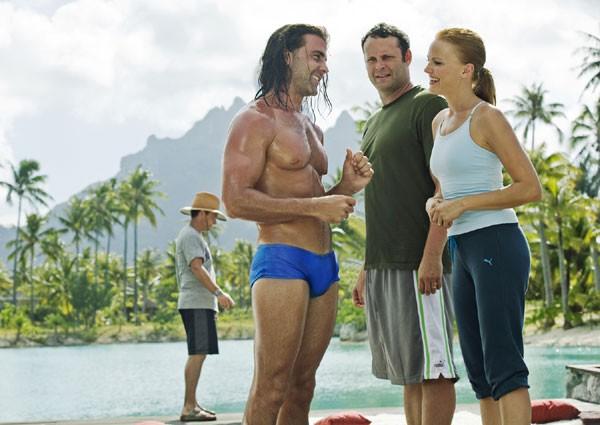 Carlos Ponce con Malin Akerman e Vince Vaughn nel film L'isola delle coppie