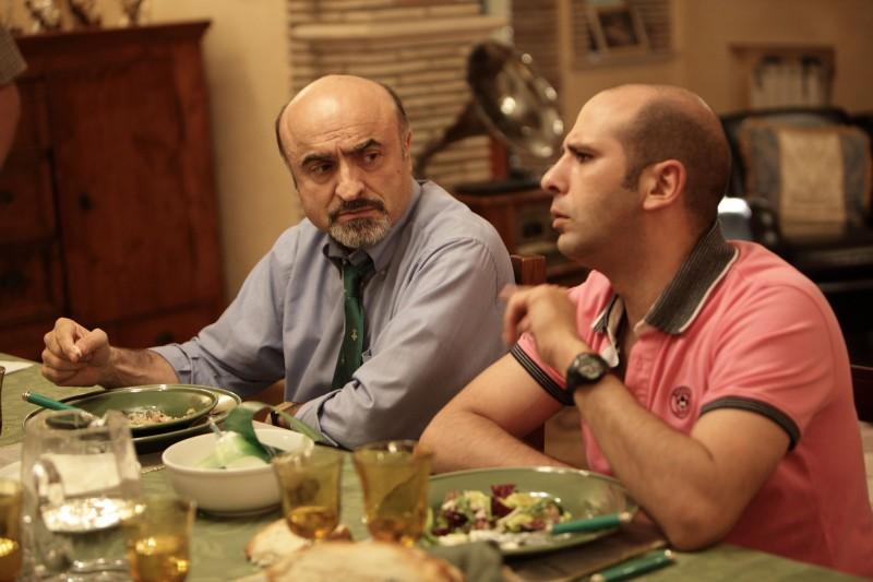 Checco Zalone a tavola in una scena della commedia Cado dalle nubi
