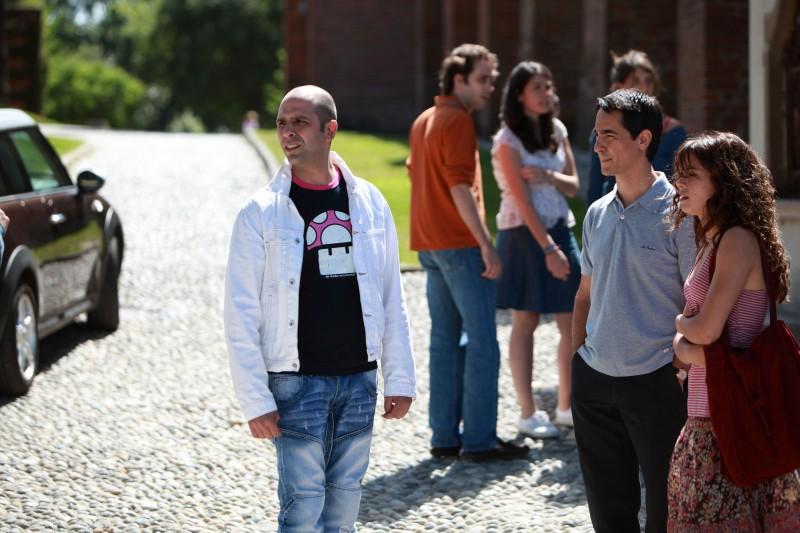Checco Zalone (Luca Medici) in una immagine del film Cado dalle nubi