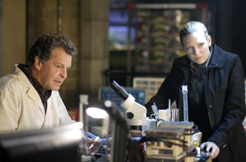 Fringe: John Noble e Anna Torv nell'episodio August