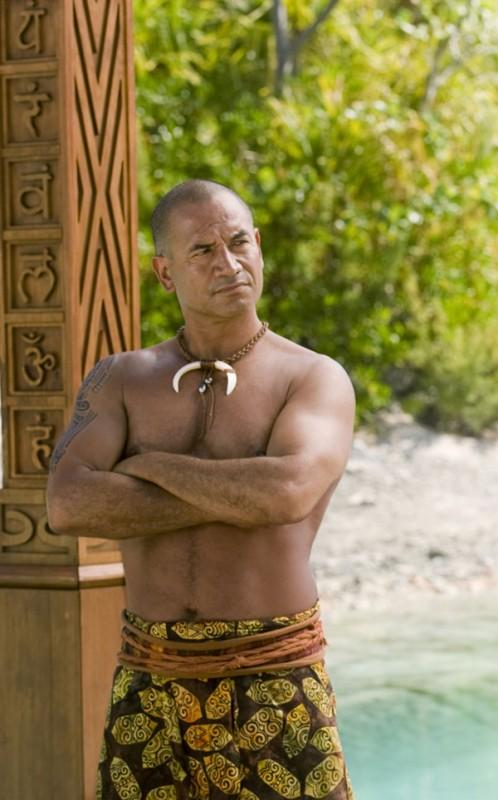 Il muscoloso Temuera Morrison nella commedia L'isola delle coppie (Couples Retreat)