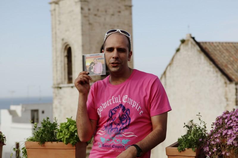 Luca Medici è l'aspirante cantante Checco Zalone con il suo CD nel film Cado dalle nubi