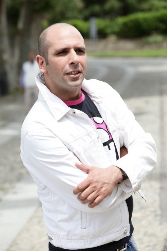 Luca Medici è l'aspirante cantante Checco Zalone nel film Cado dalle nubi